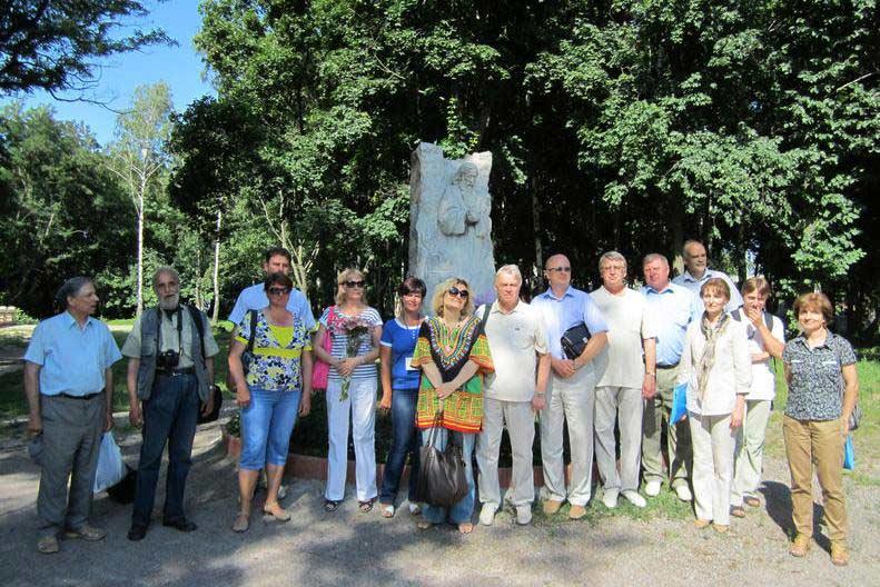 Учасники міжнародної конференції біля пам'ятника Антонію Печерському