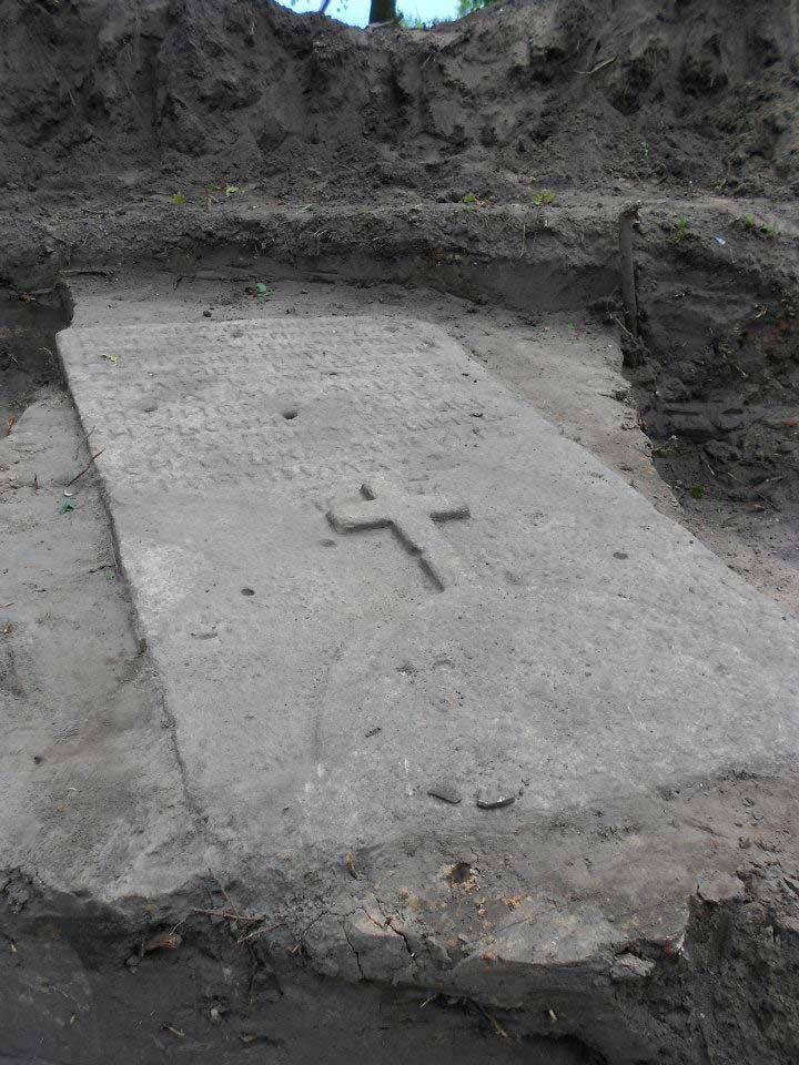 Третя кам'яна плита, що покоїлась під землею, мабуть за півтори сотні років...