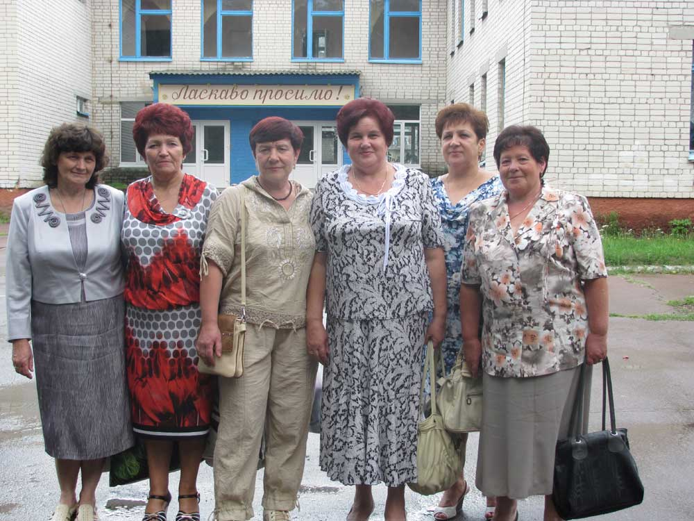 Колишні учні біля школи