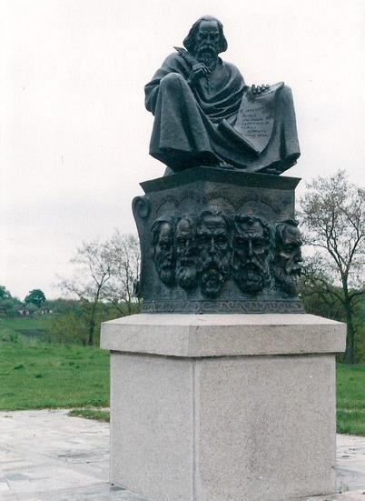 Памя'тник на Замковій горі, встановлений на честь 900-річчяз'їзду руських князів у Любечі в 1097 році.Вгорі жображений літописець, а внизу обличчя князів-учасників з'їзду 1097 року.