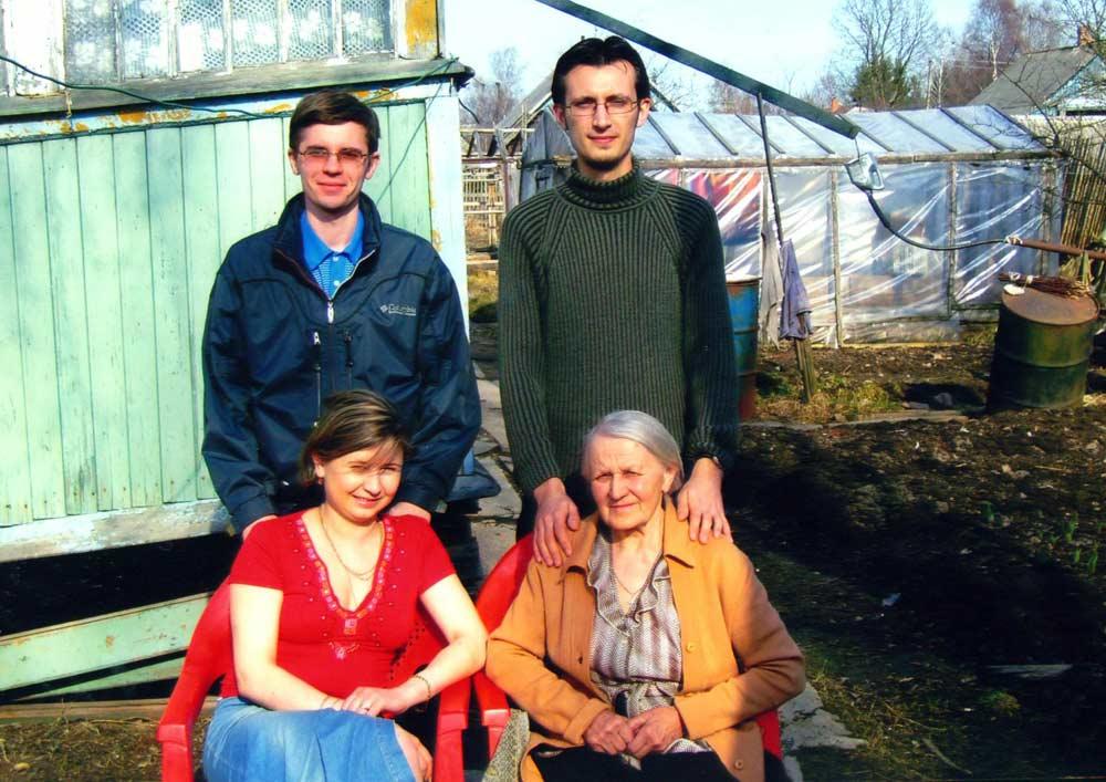 Сестра Героя Радянського Союзу Воронова О.І. з онуками